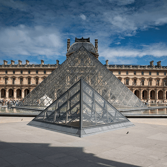 vue de la pyramide du Louvre et du Musée